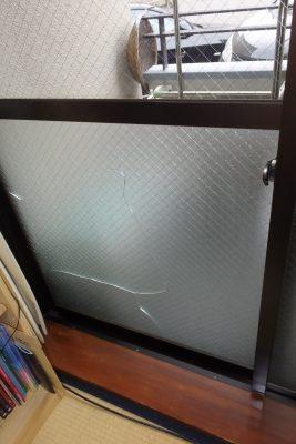 割れた状態の窓ガラス