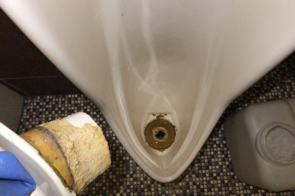 小便器の詰まりで汚水が溢れてきた