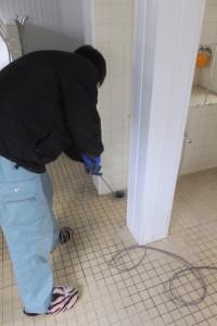 風呂場で高圧洗浄作業中