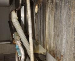 シンクの裏側から見て排水ホースの止金具の破損でした