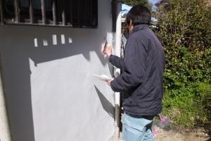 凸凹部穴埋め後、漆喰下地材塗布中