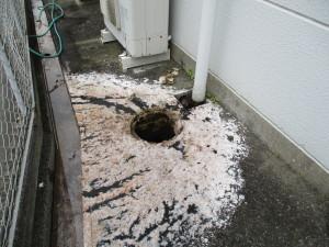 排水管、排水マスで詰まりきってしまい、逆流しあふれ出した様子