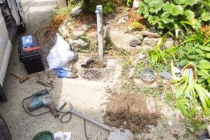 漏水部分調査のため掘削中
