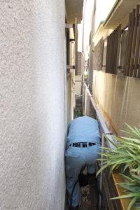 家の外壁の間で高圧洗浄中
