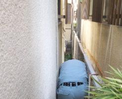 家の外壁の間で高圧洗浄中作業中