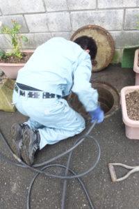 排水パイプ詰まり高圧洗浄作業中