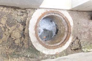 排水マス コンクリート破損のため周りの地面も陥没している状態です