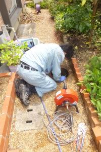 排水管詰まり除去作業中