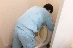共同女子トイレトイレタンク修理作業中