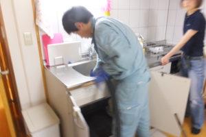 キッチン詰まり清掃作業中