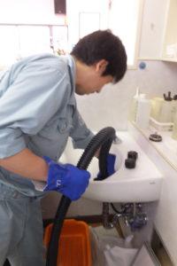 シャンプー洗面器のパイプクリーニング中です