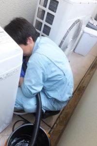 洗濯機排水配管パイプクリーニング清掃作業中