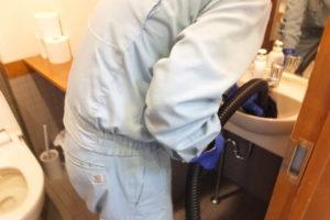 洗面台詰まりかけ通管作業中