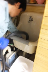 洗面器のパイプクリーニング中