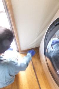 洗濯機配管高圧洗浄作業中