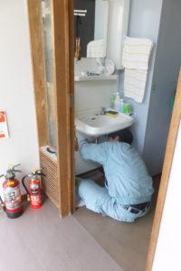 洗面器パイプ水漏れ修理中