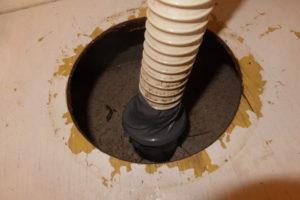 排水管と洗面台排水パイプをテーピング