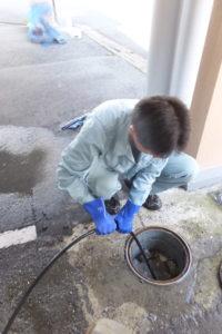 排水桝高圧洗浄作業中