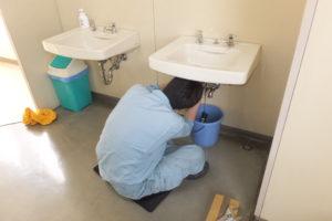 洗面器排水パイプ交換作業中