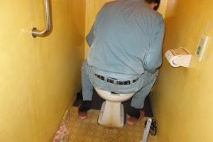 トイレ修理部品交換中