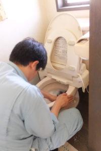 トイレ掃除作業中