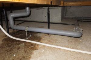 キッチンの排水配管から溢れた水が床下土間に漏れていました