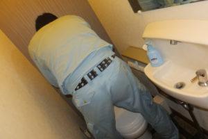 トイレの部品交換作業中