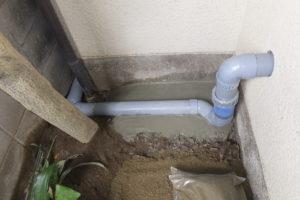 トイレ屋外に露出で排水配管を施工していきます