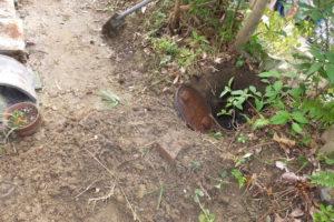 地面の土を掘って発見した排水マス
