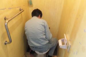 トイレ修理作業中