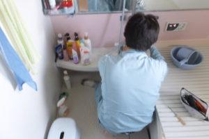 バスシャワー混合栓水漏れ修理作業中