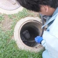 排水マスからの高圧洗浄作業中
