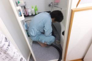 お風呂排水配管の排水口から掃除中