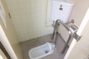 男子トイレ和便器水漏れ