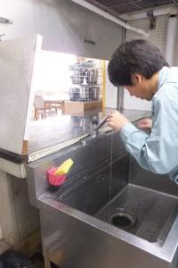 キッチン台付けシングルレバー水栓水漏れ修理中