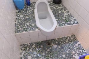 トイレ土間排水溝で溢れてきて逆流している状態