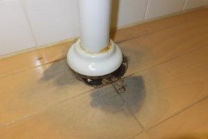 トイレ床の配管から逆流し溢れ水漏れ
