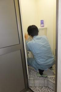 トイレタンクの給水配管取り換え交換中