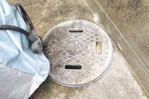 箕面市 家の外で下水道のイヤな臭いの悪臭が時々する原因のある排水桝