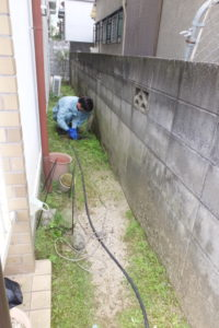 屋外の高圧洗浄作業中
