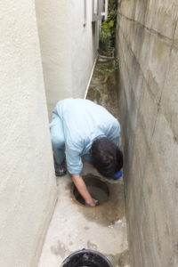 マンホール水漏れ修理作業中