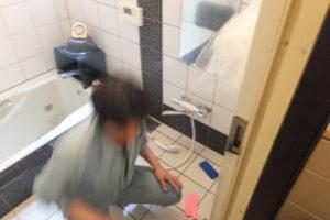 お風呂のバスシャワー水栓取り換え作業中