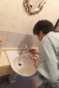 洗面器水栓の修理作業中