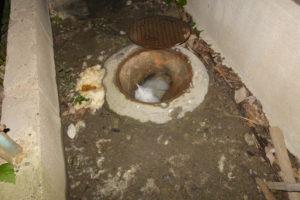 マンホールを開けると汚水で溢れそうでした