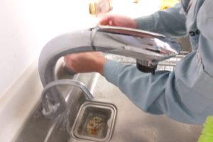 台所のキッチンシングルレバー混合水栓水漏れ修理中