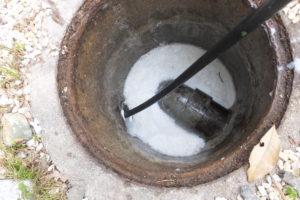 下水道管内から出てくる油の塊