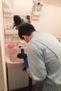 洗面台パイプクリーニング中