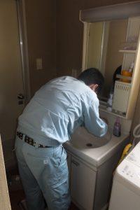 洗面台水漏れ修理の様子