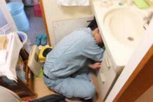洗面台下で水漏れ修理のため止水中