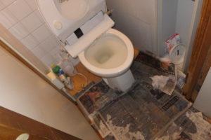 トイレの様式便器から汚水が溢れだした掃除前